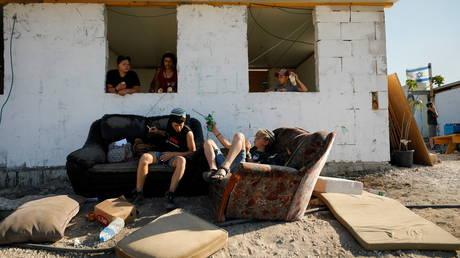 Jewish settler children in Givat Eviatar, a new Israeli settler outpost, near the Palestinian village of Beita in the Israeli-occupied West Bank June 23, 2021. © Reuters / Amir Cohen