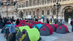 Homeless migrants camp outside Paris City Hall to demand accommodation solution (VIDEO)