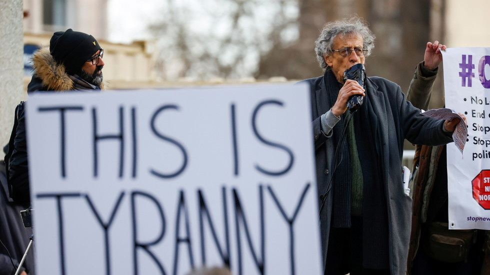 Prominent anti-vax activist Piers Corbyn takes MONOPOLY MONEY from fake vaccine investors in YouTube prank