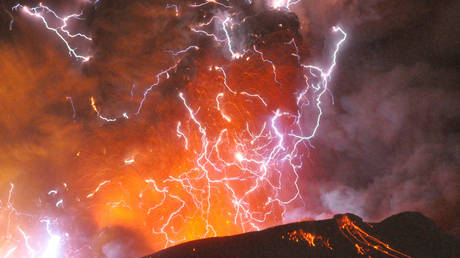 Volcanic lightning or a dirty thunderstorm is seen above Shinmoedake peak as it erupts, Japan (FILE PHOTO) © REUTERS/Minami-Nippon Shimbun/Handout