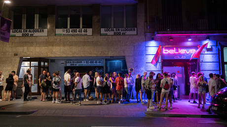Young people queue to enter a nightclub on June 27, 2021, in Barcelona, Catalonia (Spain). © Pau Venteo/Europa Press via Getty Images