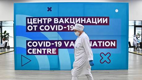 A medical officer at the COVID-19 vaccination center at the Luzhniki Stadium in Moscow. © Sputnik / Evgeny Odinokov