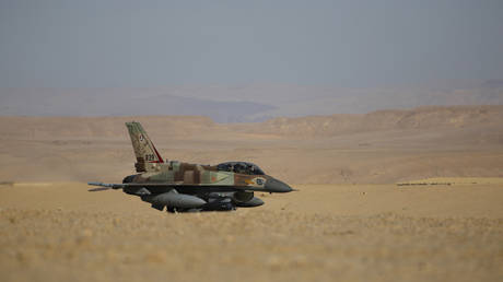 An Israeli F-16 fighter jet is seen after landing at Ovda airbase, some 40 km (25 miles) north of Eilat, during the Blue Flag drill November 25, 2013. © REUTERS/Amir Cohen