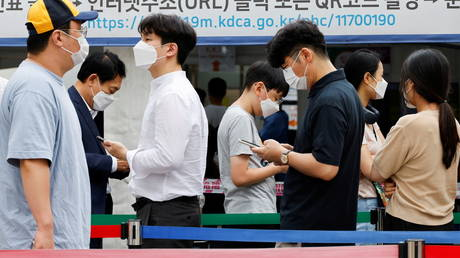 FILE PHOTO. People wait in line for a COVID-19 test in Seoul. ©REUTERS / Heo Ran