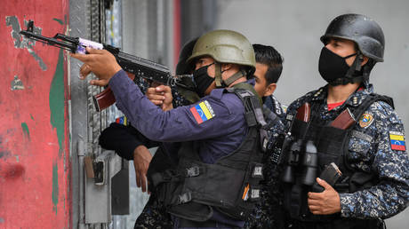 Members of the Bolivarian National Police in the Cota 905 neighborhood. ©Federico PARRA / AFP