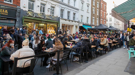 Crowds of people flock the outdoor restaurants and pub tables in Soho on April 12, 2021 in London, England. © Jo Hale / Getty Images