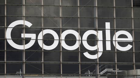 FILE PHOTO: The logo of Google is seen on a building at La Defense business and financial district in Courbevoie near Paris, France, September 1, 2020. © REUTERS/Charles Platiau