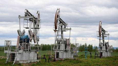 Oil pumping machines of the Tatneft company in the Almetyevsky district of the Republic of Tatarstan. © Sputnik / Maxim Bogodvid