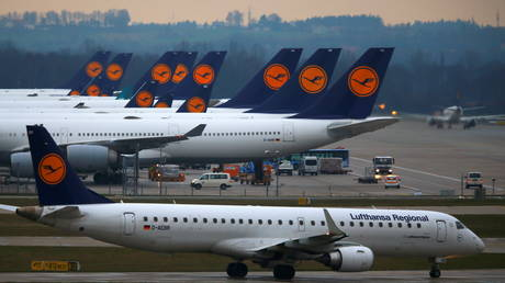 FILE PHOTO: Planes of German flagship carrier Lufthansa are parked on the tarmac at Munich Airport, Germany, December 1, 2014 © Reuters / Michael Dalder