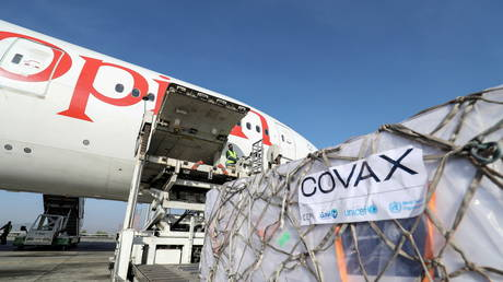 Ethiopian Airlines staff unload AstraZeneca/Oxford vaccines under the COVAX scheme against the coronavirus disease (Covid-19) from a cargo plane at Bole International Airport in Addis Ababa, Ethiopia, (FILE PHOTO) © REUTERS/Tiksa Negeri/File Photo