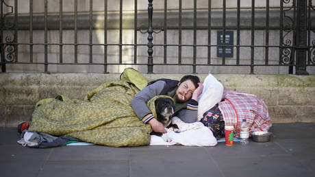 A homeless man sleeps on the street in central London after one of the coldest nights so far this winter on December 13, 2018 in London, United Kingdom. © Christopher Furlong/Getty Images