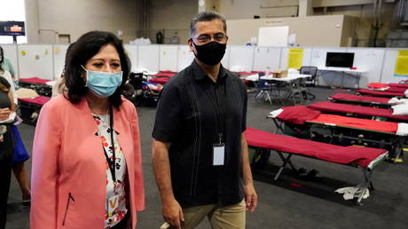 Secretary of the Department of Health and Human Services Xavier Becerra and Los Angeles County Supervisor Hilda Solis tour an emergency shelter for migrant children in Pomona, California, U.S. July 2, 2021. © Marcio Jose Sanchez/Pool via REUTERS