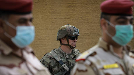 FILE PHOTO. A US soldier stands behind Iraqi soldiers. ©Ameer Al Mohammedaw / dpa via Global Look Press