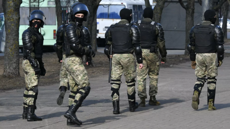 Law enforcement officers during an unauthorized protest rally in Minsk. © Sputnik / Viktor Tolochko