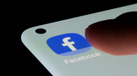 FILE PHOTO: A Facebook logo is displayed on a smartphone in this illustration taken January 6, 2020.© REUTERS/Dado Ruvic