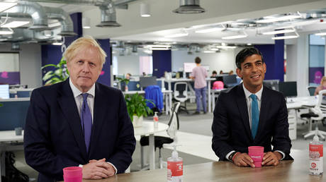 FILE PHOTO. Britain's Prime Minister Boris Johnson and Britain's Chancellor of the Exchequer Rishi Sunak visit the headquarters of Octopus Energy, in London, Britain. © Reuters / Leon Neal