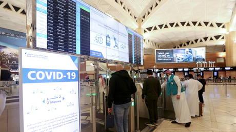 Saudi nationals scan their documents at a digital-Immigration gate at the King Khalid International Airport in Riyadh, Saudi Arabia, (FILE PHOTO) © REUTERS/Ahmed Yosri REFILE - QUALITY REPEAT