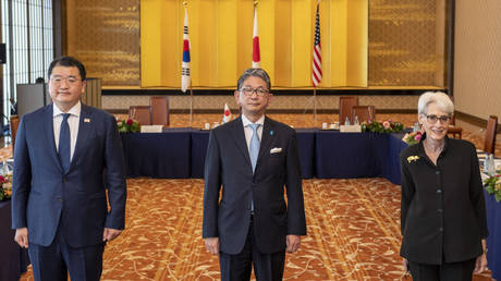 Japan's Vice Minister for Foreign Affairs Takeo Mori (C), South Korea's First Vice Foreign Minister Choi Jong-kun (L) and US Deputy Secretary of State Wendy Sherman (R) pose for photos prior to their trilateral meeting in Tokyo on July 21, 2021. © Kazuhiro NOGI / POOL / AFP
