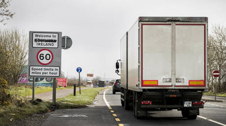 A lorry crosses the border from the Republic of Ireland to Northern Ireland on the Buncrana Road outside Londonderry. © Liam McBurney/PA Images via Getty Images