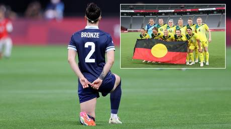 Team GB star Lucy Bronze takes a knee while the Aussie team also made an Olympic gesture. © Getty Images / AFP