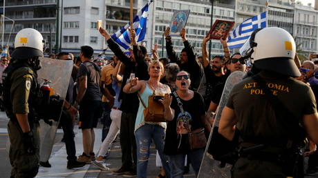 Greek police blast anti-vaccine protesters with water cannon and tear gas outside parliament in Athens (VIDEOS)