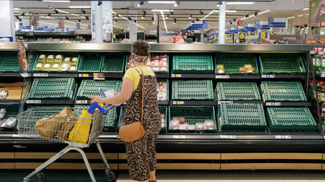 Shelves with low stock at a Tesco store on July 21, 2021 in Cardiff, United Kingdom. © Matthew Horwood/Getty Images