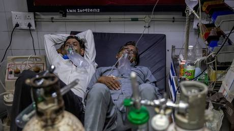 Patients suffering from the coronavirus disease (COVID-19) get treatment at the casualty ward in Lok Nayak Jai Prakash (LNJP) hospital, amidst the spread of the disease in New Delhi, India April 15, 2021. © REUTERS/Danish Siddiqui