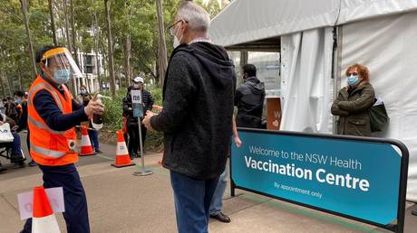 People wait outside a coronavirus disease (Covid-19) vaccination centre at Sydney Olympic Park in Sydney, Australia, (FILE PHOTO) © REUTERS/Jane Wardell/File Photo