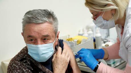 A man receives a dose of the Sinopharm coronavirus disease (COVID-19) vaccine, in Budapest, Hungary February 26, 2021. © REUTERS/Bernadett Szabo