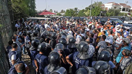 Police and protesters face off against each other in Tunis, July 26, 2021. © Fethi Belaid/AFP