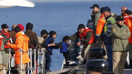 Migrants disembark from a Turkish coastguard (FILE PHOTO) ©  REUTERS/Murad Sezer