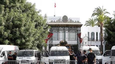 Police officers stand guard outside the parliament building in Tunis, Tunisia July 27, 2021 © REUTERS/Zoubeir Souissi