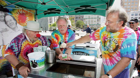 """Ben & Jerry's Ice Cream co-founders Ben Cohen (C) and Jerry Greenfield serve the first scoop of the resurrected Ben & Jerry's flavor """"Wavy Gravy"""" at an event in downtown San Francisco August 24, 2005."""