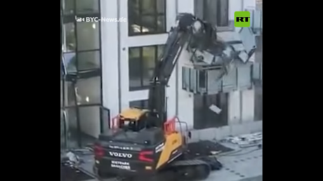 Germany's mini-Heemeyer? Worker demolishes building's facade with EXCAVATOR after claiming he wasn't paid in full (VIDEO)