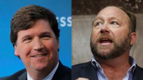 """""""Tucker Carlson est le nouvel Alex Jones"""", déclare Brian Stelter, animateur de CNN et théoricien du complot du """"Russiagate"""""""
