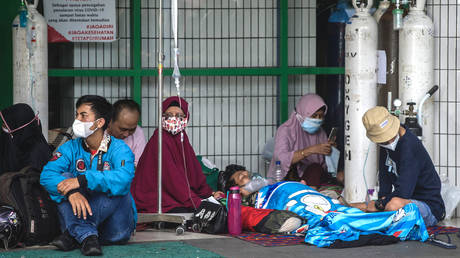 FILE PHOTO. People wait for admission outside the emergency ward of a hospital tending to Covid-19 coronavirus patients in Surabaya on July 11, 2021. © AFP / Juni Kriswanto