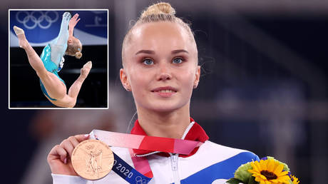 Angelina Melnikova familiarizes herself with her third medal of the Tokyo 2020 Olympic Games © Lindsey Wasson / Reuters