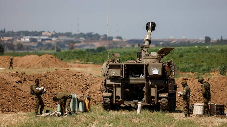 FILE PHOTO. Israeli soldiers work at their artillery unit near the border between Israel and the Gaza Strip, on its Israeli side May 15, 2021. © Reuters / Amir Cohen