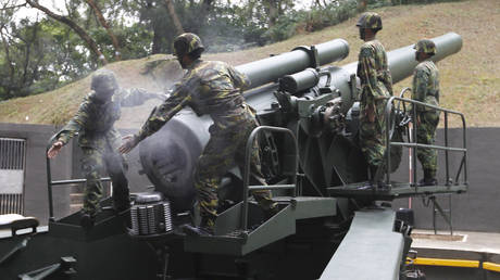 FILE PHOTO: Taiwanese soldiers operate a US-made Howitzer during a military drill on Nangan in the Matsu archipelago, off northern Taiwan, May 8, 2013.