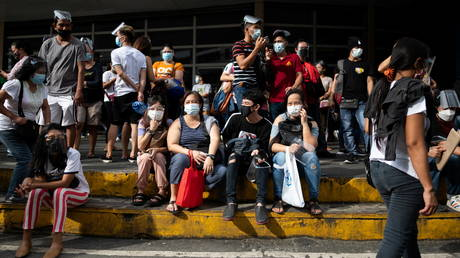 Filipinos waiting to be vaccinated against the coronavirus disease (COVID-19) gather outside a mall, a day before stricter lockdown measures are implemented, in Manila, Philippines, August 5, 2021.© Reuters / Lisa Marie David