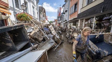 Volunteers and residents start the clean up process at their shops and restaurants following severe flash flooding on July 18, 2021 in Bad Neuenahr-Ahrweiler, Germany. © Thomas Lohnes/Getty Images