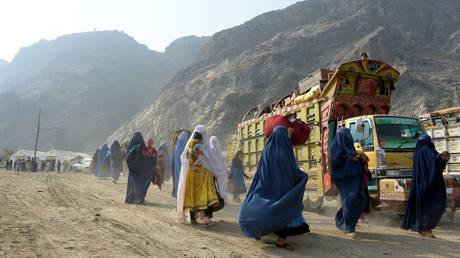 FILE PHOTO. Burqa-clad Afghan refugees arrive at the United Nations High Commissioner for Refugees repatriation center in Torkham. © AFP / NOORULLAH SHIRZADA