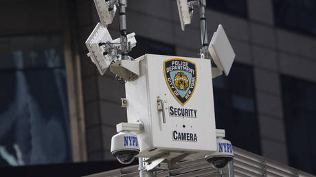 FILE PHOTO. A New York Police Department security camera sits on the Armed Forces Career Center building in New York City. © Reuters / Joshua Lott