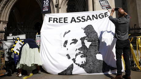 Supporters of Wikileaks founder Julian Assange display a banner outside the Royal Courts of Justice during the U.S. government appeal against a ruling by a British judge that Assange should not be extradited, in London, Britain August 11, 2021. © Reuters / Henry Nicholls