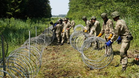 FILE PHOTO. Lithuanian army soldiers install razor wire on border with Belarus in Druskininkai, Lithuania July 9, 2021.© Reuters / Janis Laizans