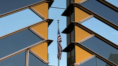 The US flag is reflected on the windows of the US Embassy in Kabul, Afghanistan, July 30, 2021 © Reuters / Stringer