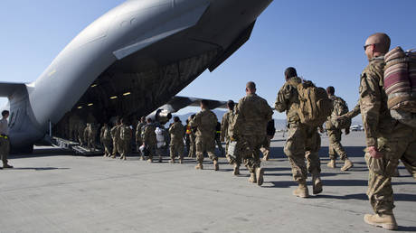 FILE PHOTO. U.S. Army soldiers walk to their C-17 cargo plane for departure at Bagram Air Base, Afghanistan. © Getty Images / Robert Nickelsberg