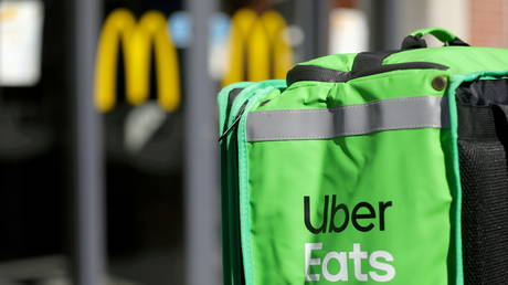 FILE PHOTO: An Uber Eats delivery bag is © REUTERS/Eva Plevier/