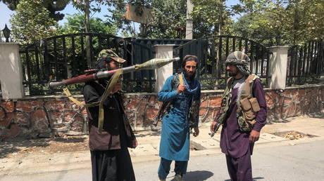 Taliban forces stand guard inside Kabul, Afghanistan August 16, 2021. © REUTERS/Stringer