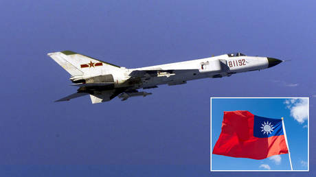 Chinese F-8 jet fighter © Getty Images / DOD / Newsmakers; (inset) © Getty Images / holgs